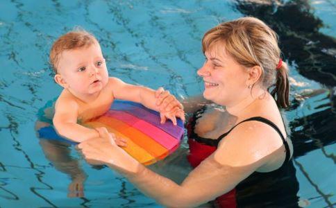新生宝宝游泳有哪些好处 新生儿游泳有好处吗 带婴儿去游泳有哪些好处