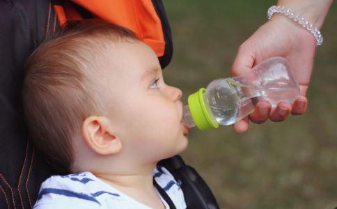 儿童水杯什么材质用着安全 给儿童买水杯要注意什么 不同年龄段的儿童选用不同的水杯