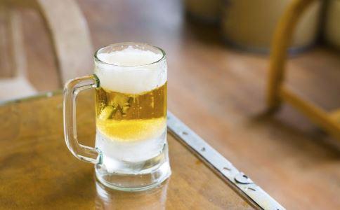 喝啤酒配海鲜好吗 喝啤酒要注意什么 喝啤酒配海鲜会引发痛风吗
