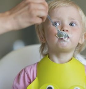 宝宝吃饭慢的解决方法 宝宝吃饭慢怎么办 如何帮助宝宝养成良好的用餐习惯