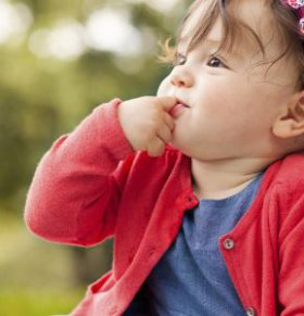 宝宝为什么爱吮手指 宝宝吮手指好吗 宝宝吮手指怎么办