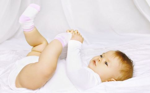 孩子光脚走路会受寒吗 孩子光脚有什么好处 什么情况下孩子不能光脚