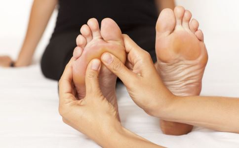 脚底按摩有什么好处 脚底按摩的好处有哪些 如何进行脚底按摩