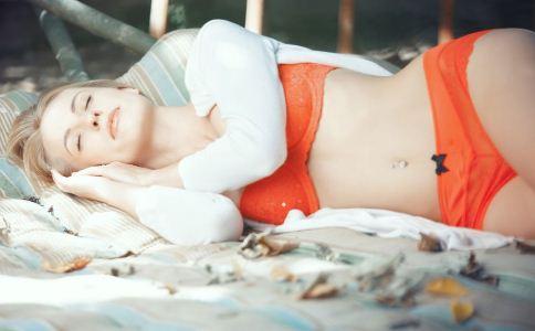 女性裸睡好吗 女人裸睡的好处 女性裸睡注意事项