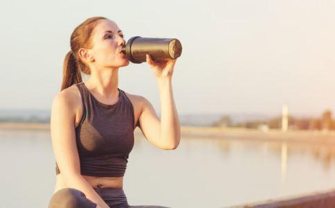多喝水对减肥有好处吗 减肥多喝水好吗 夏天怎么减肥