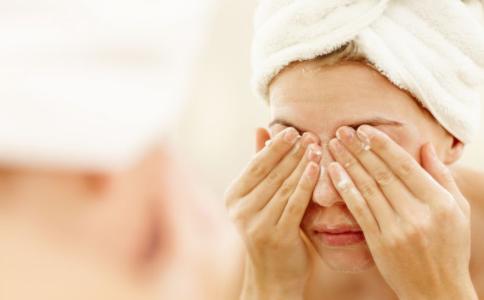夏天为什么皮肤容易出油 皮肤出油怎么办 皮肤出油的原因