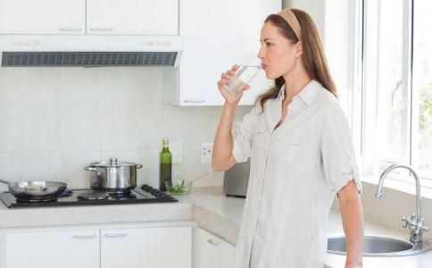 多喝水的好处有哪些 多喝水身体会有哪些变化 多喝水可以排毒养颜吗