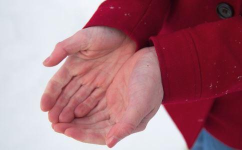 手掌脱皮是什么原因 手掌脱皮是怎么回事 手掌脱皮有哪些注意事项