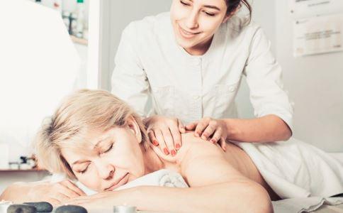 背部长了很多痘痘是什么原因 背部长痘怎么办 背部祛痘怎么做