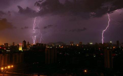 男子行走遭雷电劈 下雨天如何躲避雷电 下雨天怎么躲雷