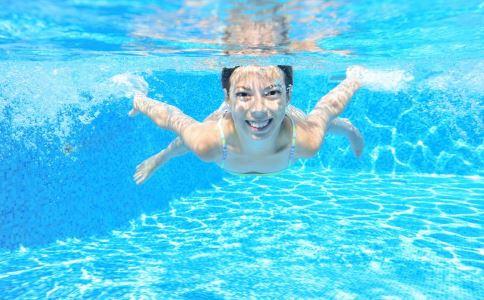 游泳抽筋怎么办 夏季游泳抽筋的自救方法 游泳抽筋正确的处理方法