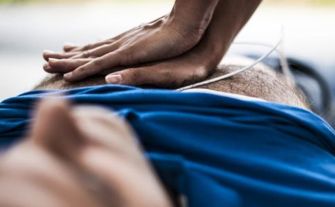 压断肋骨救回朋友 猝死急救措施有哪些 猝死急救措施怎么做