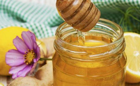 喝蜂蜜水要注意什么 蜂蜜水的好处有哪些 哪些人不能喝蜂蜜水