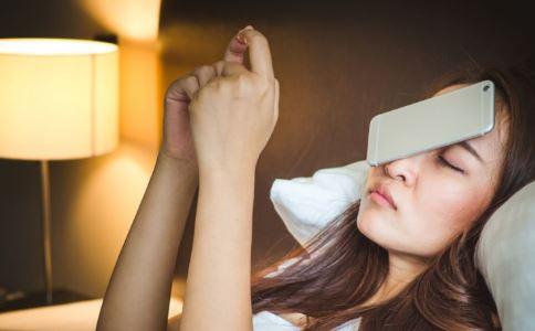 女性晚上睡觉开灯容易发胖 睡觉开灯有哪些危害 女人睡觉开灯的危害有哪些