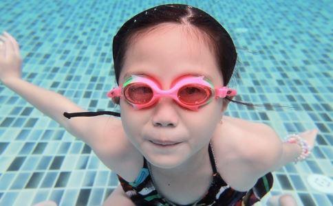 夏天带孩子游泳需要注意什么 夏天带孩子游泳的注意事项 夏天带孩子游泳如何预防感染疾病