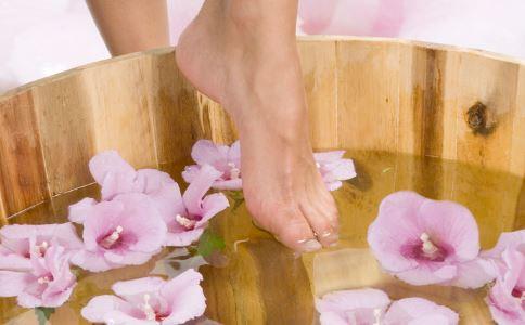 夏季每天泡脚对身体有什么好处 夏季泡脚注意事项 夏季泡脚的好处
