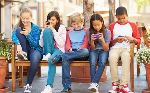 孩子沉迷手机怎么办 孩子沉迷手机的解决方法 怎么控制孩子玩手机