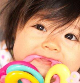 宝宝长牙有什么症状 爱啃东西易发烧