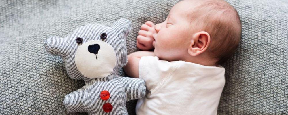 新生儿如果抱着有哪些危害 新生儿护理知识 新生爸妈平时应该怎么做