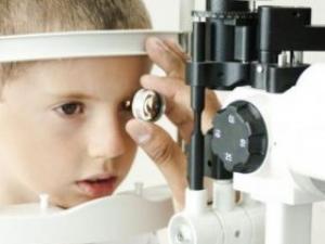 玩手机变成斗鸡眼 警惕小孩近视的征兆