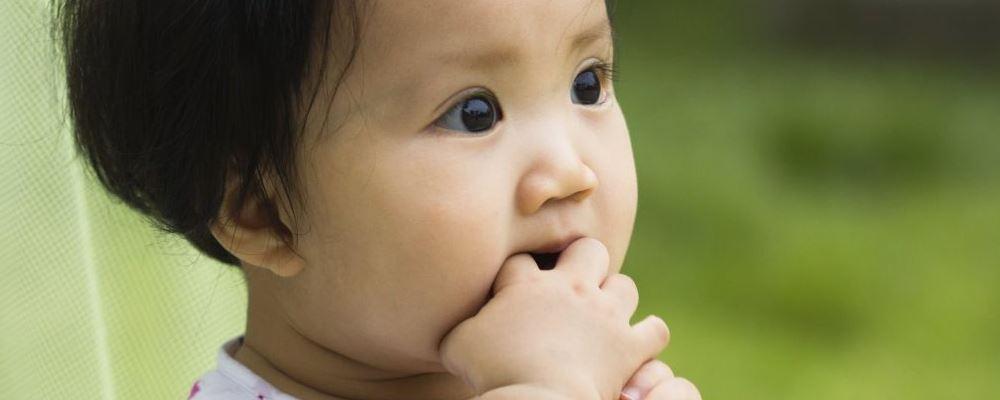 宝宝吮指有哪些表现 吮指的原因是什么 宝宝为什么会吮指