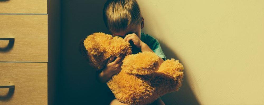 宝宝自闭会有哪些症状表现 宝宝自闭的症状 怎么看出宝宝是不是自闭症