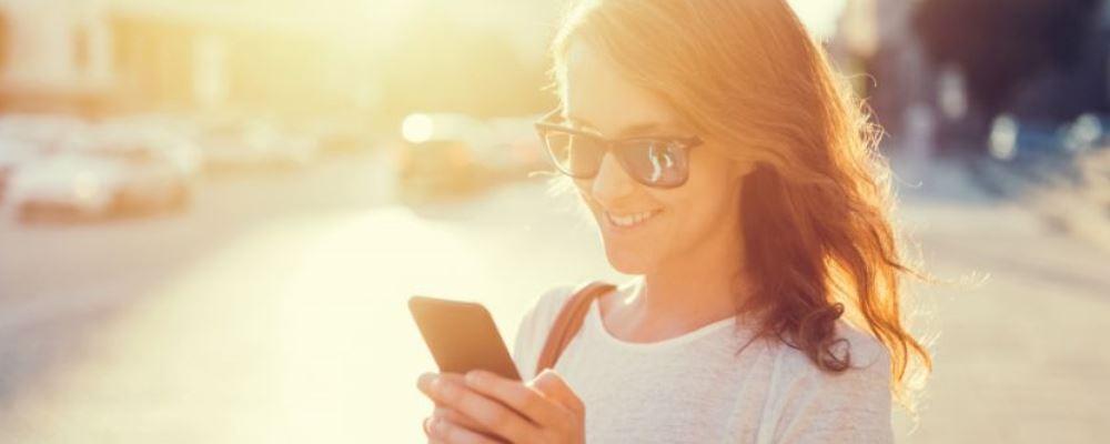 低头玩手机过马路该罚款吗 低头玩手机危害有哪些 低头族有什么危害