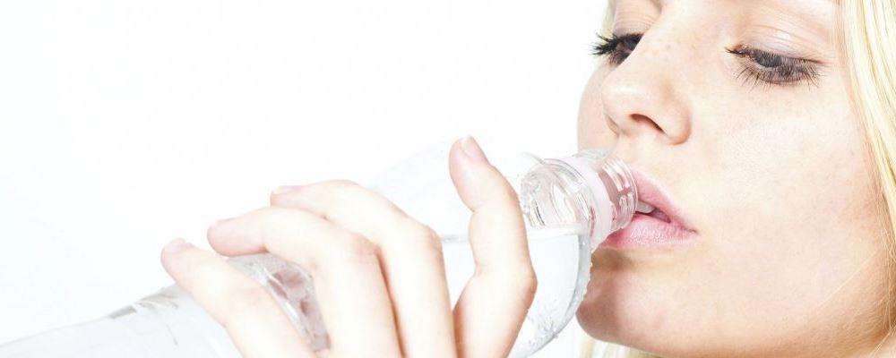 坐月子喝水有讲究吗 坐月子喝水的注意事项 坐月子喝水要注意什么