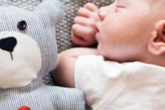 新生婴幼儿晒太阳有什么好处 晒太阳又注意什么