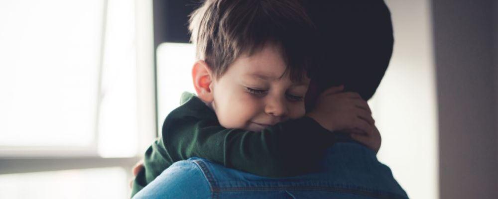 宝宝性格太内向怎么办 孩子内向应该有哪些表现 家长怎样教育引导过于内向的孩子