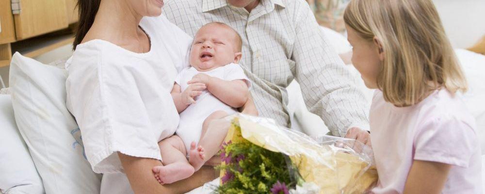 什么样的新生儿呕吐需要及时就医 新生儿呕吐的症状表现 新生儿呕吐怎么办