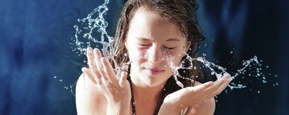 冬天皮肤干燥起皮怎么办 皮肤干裂起皮怎么办 冬季如何护肤