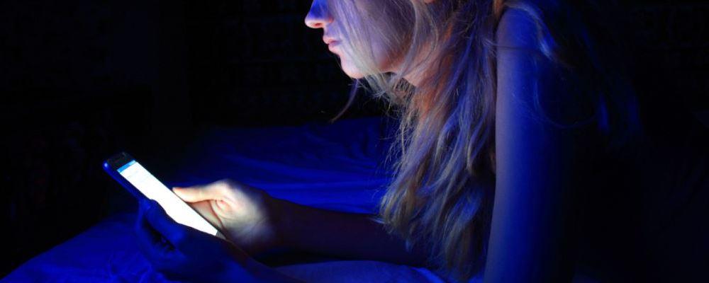 长期玩手机的伤害 居家无聊怎么办 在家里无聊可以做什么