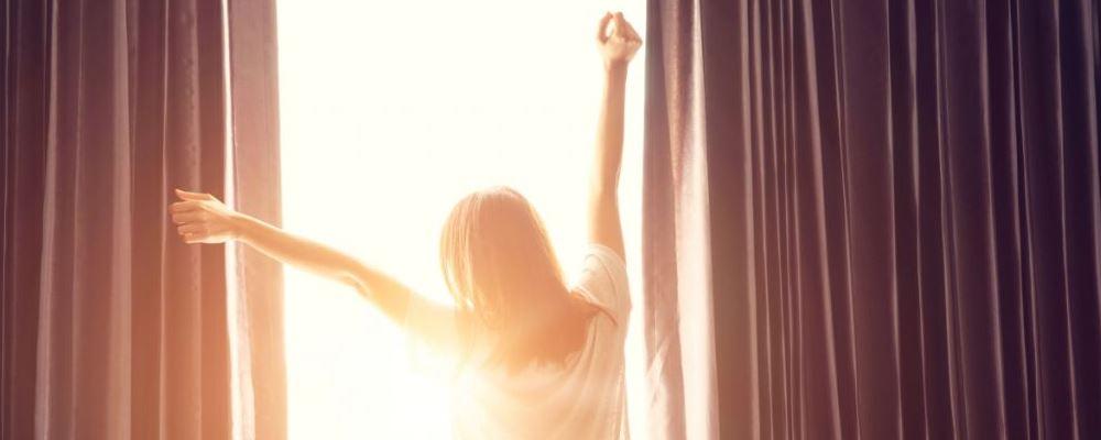 女性可以在早上起床后做4件事来抵抗衰老。