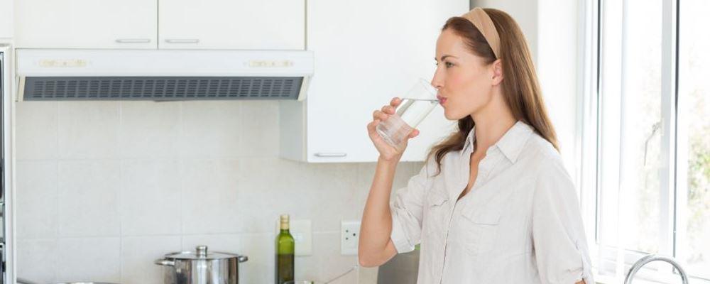 女人每天坚持喝什么水好 女人喝水有什么好处 女人喝什么水健康又养颜