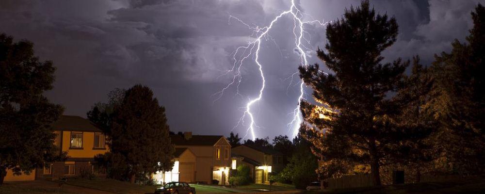 下雨天可以躲在大树底下吗 雷雨天气安全预防措施 雷雨天气家里需要切断电源吗