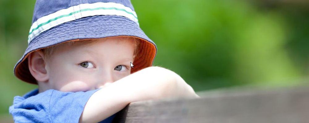 小孩患有自闭症的表现是什么 小孩患有自闭症会很难交流吗 什么是自闭症的表现