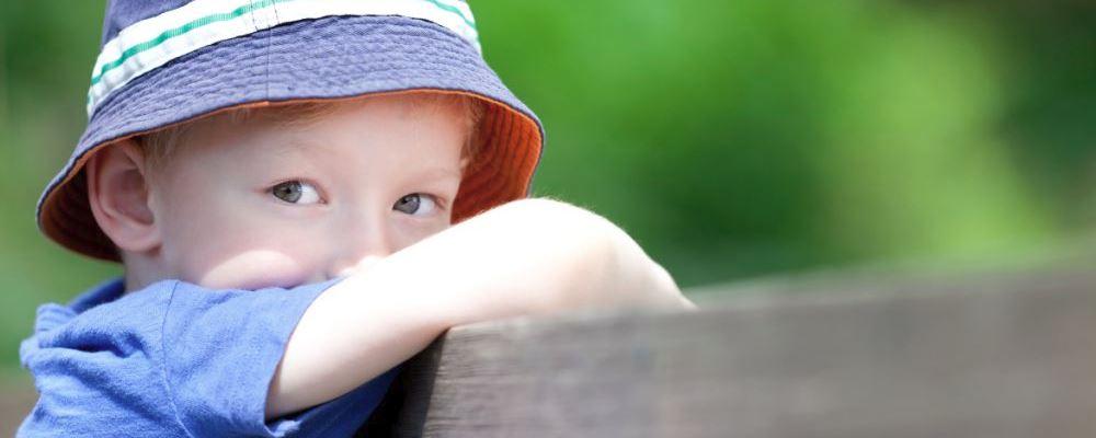 孩子内向要注意什么 孩子内向的注意事项 孩子内向怎么办
