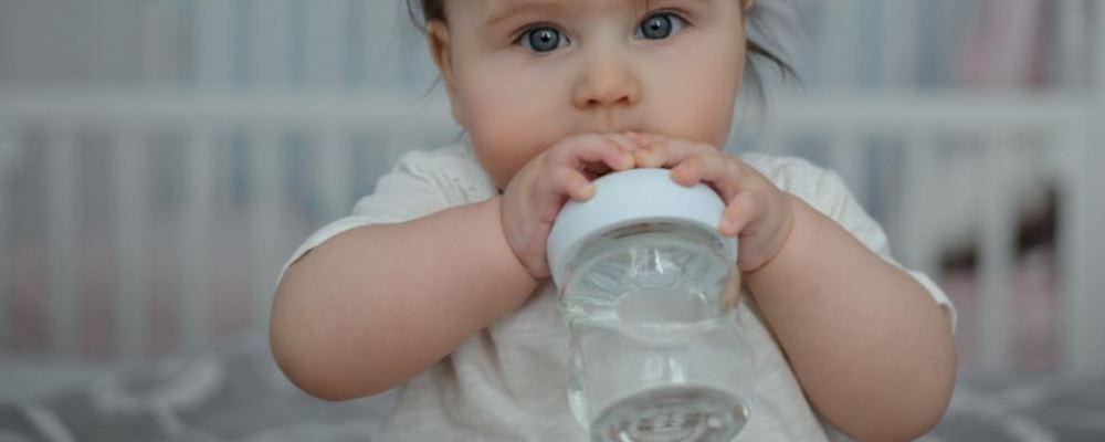 新生儿用什么材料的奶瓶好 什么材料的奶瓶适合新生儿 新生儿用怎样的奶瓶好