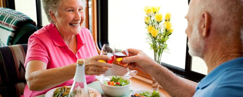 中老年人进食需要讲究什么 中老年人吃什么食物有助健康 为什么中老年人要少吃多餐