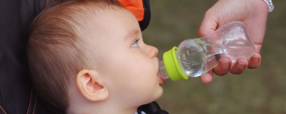 你的孩子会喝水吗 孩子如何进行补水呢 孩子怎么样喝水是错误的
