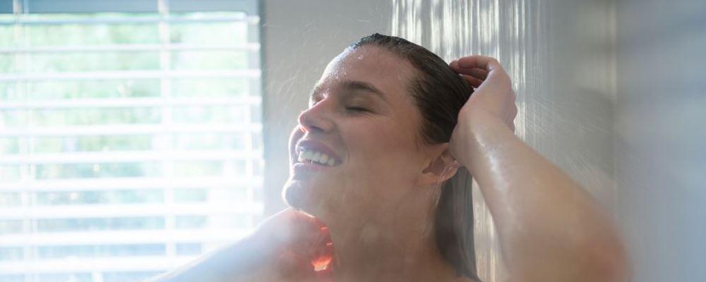 为什么女人洗澡时会站着尿尿 女人洗澡时哪些行为是错误的 女人为什么淋浴时喜欢站着尿尿