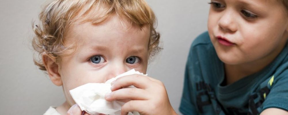 小儿流鼻涕的原因有哪些 什么原因会导致孩子流鼻涕 为什么孩子容易引起流鼻涕