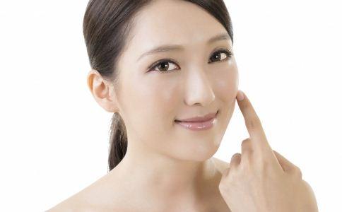 利用刮痧技巧,沿着脸部和颈部的淋巴处轻刮