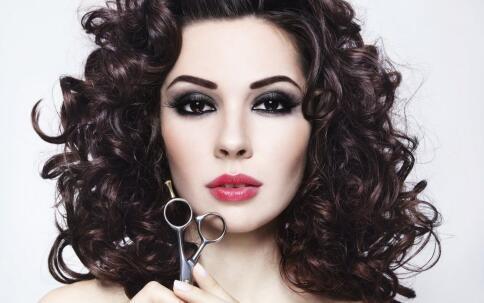 使头发贴服头皮;   3,将头发缠绕在卷发器hp8651上,将卷发器慢慢向图片