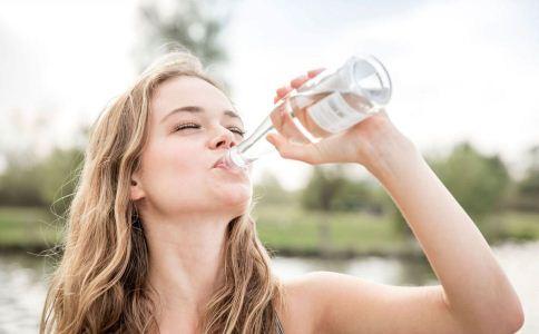 湿热体质老是想喝水 湿热体质可以喝水吗 湿热体质喝水好吗
