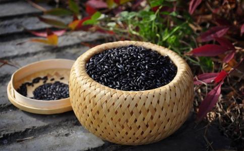 减肥粥:芒果草莓黑米粥的做法