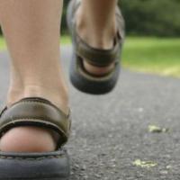 夏季闷热 老人穿什么鞋子好