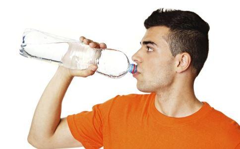 白领工人如果长时间尿尿,容易患膀胱炎。